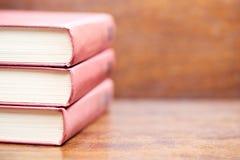 Trois vieux livres sur la table Photos stock