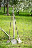Trois vieux outils de jardin de pelles, jardin saisonnier fonctionne images stock