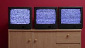 Trois vieux téléviseurs banque de vidéos