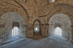 Trois voûtes menant aux fenêtres sur le mur en pierre de brique Photographie stock libre de droits