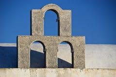 Trois voûtes silhouettées contre le ciel bleu Photos stock