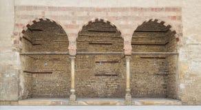 Trois voûtes adjacentes sur le mur en pierre Image stock