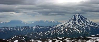 Trois volcans, p?ninsule de Kamchatka Photographie stock libre de droits