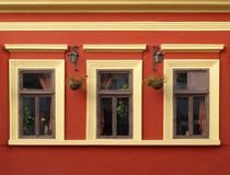 Trois Windows sur le mur de rouge orange photos stock