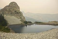 Troisième Canada commémoratif de pays de Kananaskis de fumée des feux de forêt d'été de lac photos stock