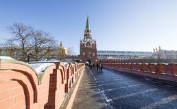 Troitskaya wierza Moskwa Kremlin na pogodnym zima dniu, Rosja Obraz Royalty Free