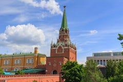 Troitskayatoren van Moskou het Kremlin op een blauwe hemelachtergrond in zonnige de zomerdag stock foto's
