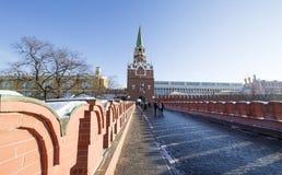 Troitskayatoren van Moskou het Kremlin op een zonnige de winterdag, Rusland Royalty-vrije Stock Afbeelding