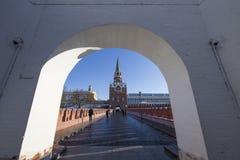 Troitskayatoren van Moskou het Kremlin op een zonnige de winterdag, Rusland Stock Afbeelding