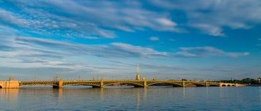 Troitsky-Brücke und St Paul und Paul-Kathedrale während des Sonnenaufgangs Stockfotos