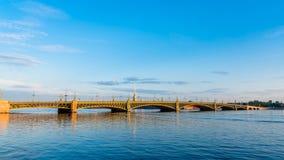 Troitsky-Brücke und St Peter und Paul-Kathedrale während des Sonnenaufgangs Stockbilder