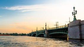 Troitsky-Brücke während des Sonnenaufgangs Lizenzfreie Stockbilder