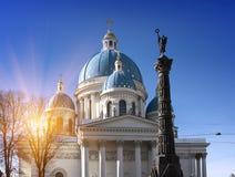 Troitsky Izmaylovsky大教堂、18世纪和军事荣耀`的纪念碑` A专栏,以记念俄国土耳其战争 免版税图库摄影