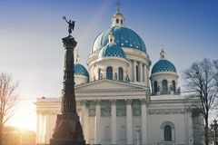 Troitsky Izmaylovsky domkyrka, 18th århundrade och en kolonn för monument` A av militär härlighet`, 19th århundrade, i minnet av  Royaltyfri Bild