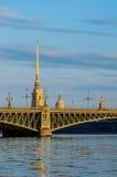 Troitskybrug en st Peter en de kathedraal van Paul tijdens zonsopgang Stock Afbeeldingen