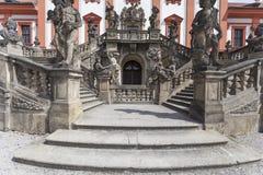Troja宫殿在晴天,入口,布拉格,捷克,欧洲细节  库存照片