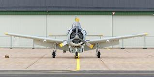 Trojan du nord T 28 près du hangar Image stock