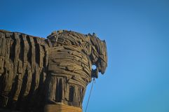 Trojanska hästen och blå himmel fotografering för bildbyråer