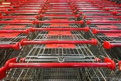 Trole abundante do carrinho de compras de modo operacional no supermercado foto de stock royalty free