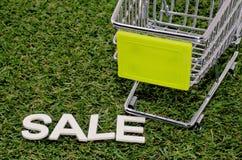 Trole colhido com venda da palavra na grama artificial Foto de Stock