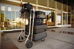 Trole com as malas de viagem no hotel Imagens de Stock Royalty Free