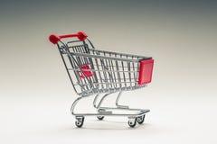 Trole da compra Carro de compra Trole da compra no multi fundo collored Espaço livre para suas informações Foto de Stock