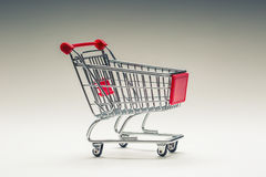 Trole da compra Carro de compra Trole da compra no multi fundo collored Espaço livre para suas informações Fotografia de Stock