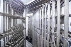 Trole de aço inoxidável para salsichas de fumo Fábrica industrial Foto de Stock Royalty Free