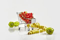 Trole de compra completamente dos tomates, pimenta no fundo branco imagem de stock royalty free