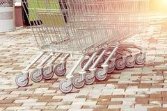 Trole do carrinho de compras no conceito do negócio de consumidor do armazém do retalho da fileira fotografia de stock royalty free