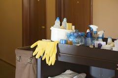 Trole dos líquidos de limpeza em um hotel Imagens de Stock