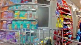 Trole em um supermercado vídeos de arquivo