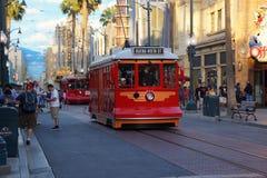 Trole vermelho do carro no parque da aventura de Disney Califórnia fotografia de stock