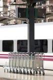 Troles de Lugage em uma estação de comboio fotografia de stock