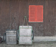troles na oficina marrom dianteira com janela vermelha Imagem de Stock