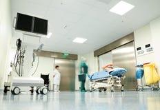 trolley för korridorsjukhustålmodig royaltyfria bilder