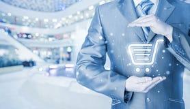 trolley för shopping för skydd för begreppskonsument glass förstorande Arkivfoton