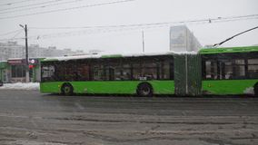 Trolleybus δύο πηγαίνει προς τα εμπρός στη χιονώδη πόλη Kharkov, Ουκρανία, το Δεκέμβριο του 2015 εκδοτικός απόθεμα βίντεο