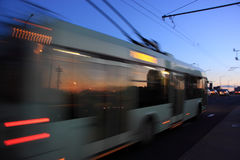 Trolleybus brouillé par mouvement Images libres de droits