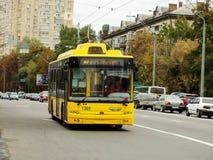 Trolleybus jaune Image libre de droits
