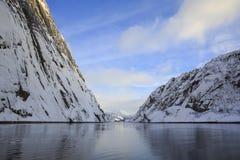 Trollfjord met snow-capped bergen Stock Foto