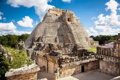 Trollkarl Piramide del adivino i den forntida Mayan staden Uxmal, Mex royaltyfri foto