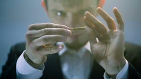 Trollkarl som visar ett magiskt trick med bulten arkivfilmer