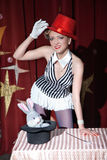 Trollkarlen för cirkuskonstnärkvinnan visar magiskt trick Arkivfoto