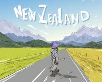Trollkarlen rider på skateboarden på vägen bland bergen New Zealand Härligt landskap Royaltyfri Bild