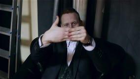 Trollkarlen som visar ett roligt trick med fingrarna lager videofilmer