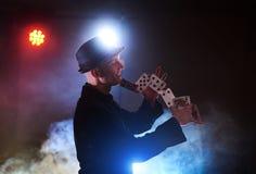 Trollkarlvisningtrick med att spela kort Magi eller skicklighet, cirkus som spelar Taskspelare i mörkt rum med dimma royaltyfria bilder