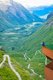 Trollstigen观点的旅游妇女在挪威 免版税图库摄影