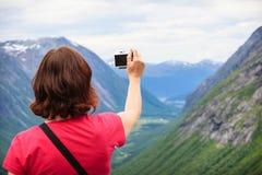 Trollstigen观点的旅游妇女在挪威 图库摄影