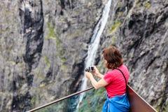 Trollstigen观点的旅游妇女在挪威 库存照片